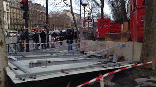 Un panneau publicitaire s'est envolé, lundi 8 février 2016, porte Maillot à Paris, dans le 16e arrondissement, blessant gravement deux personnes. (JEAN-BAPTISTE JACQUET / FRANCE 2)