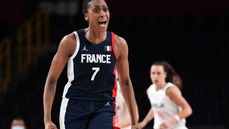 La leader de l'équipe de France, Sandrine Gruda, encore une fois si précieuse en finale pour la médaille de bronze des Jeux olympiques contre la Serbie, le 7 août 2021. (ARIS MESSINIS / AFP)