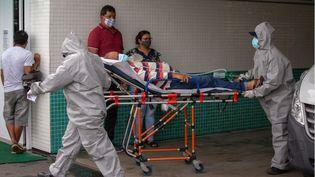 Un patient atteint du Covid-19 esttransporté à l'hôpital public de Vinte Oito de Agosto à Manaus (Brésil), le 4 janvier 2021. (MICHAEL DANTAS / AFP)