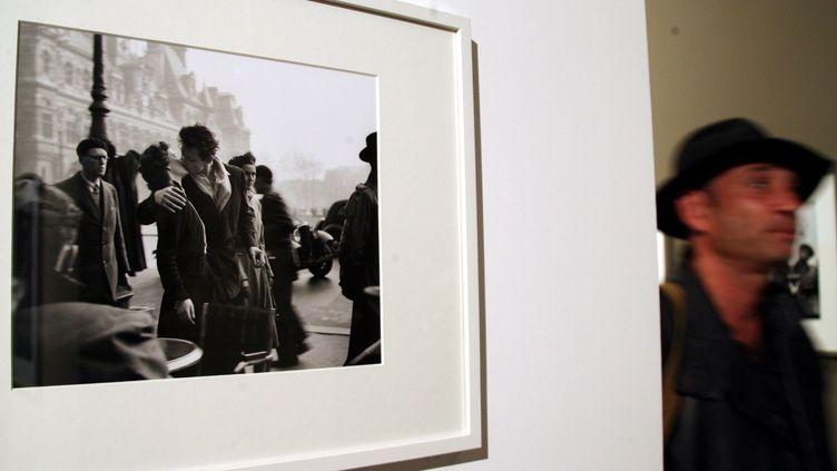 Le baiser de l'Hôtel de Ville lors d'une précédente exposition à Paris (MAXPPP)