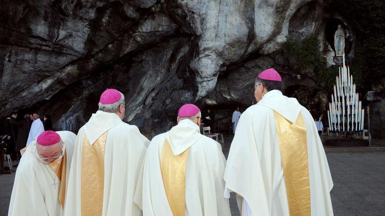 Des évêques s'apprêtent à célébrer la messe de clôture de la Conférence des évêques de France, le 9 novembre 2008 à Lourdes (Hautes Pyrénées). (ERIC CABANIS / AFP)