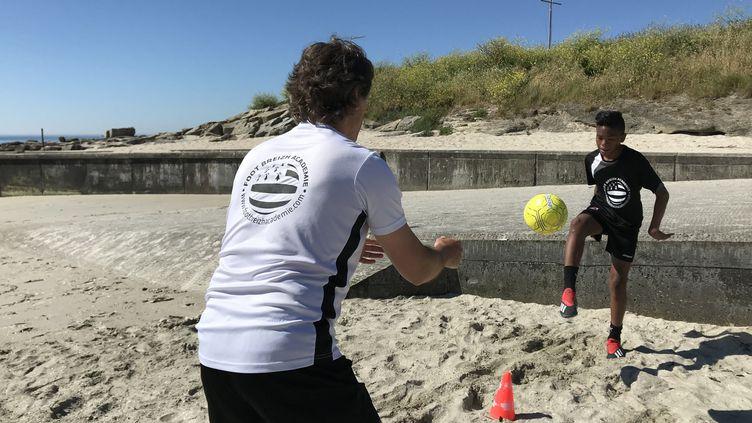 La Foot Breizh Académie a été contrainte de revoir ses méthodes avec la crise : les entraînements individuels sur la plage remplacent les entraînements de groupedans lesstades. (JÉRÔME VAL / FRANCE-INFO)
