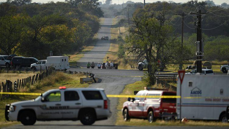 Les forces de l'ordre interviennent après la tuerie qui a fait au moins 26 morts dans une église de Sutherland Springs, au Texas (Etats-Unis), le 5 novembre 2017. (MOHAMMAD KHURSHEED / Reuters)