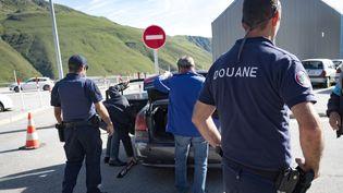 Les douaniers françaises contrôlent des véhicules qui reviennent de l'Andorre, en juillet 2017. (ERIC CABANIS / AFP)