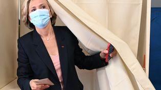 La présidente sortante de la région Ile-de-France, Valérie Pécresse, vote le 20 juin 2021 pour les élections régionales à Vélizy-Villacoublay. (BERTRAND GUAY / AFP)