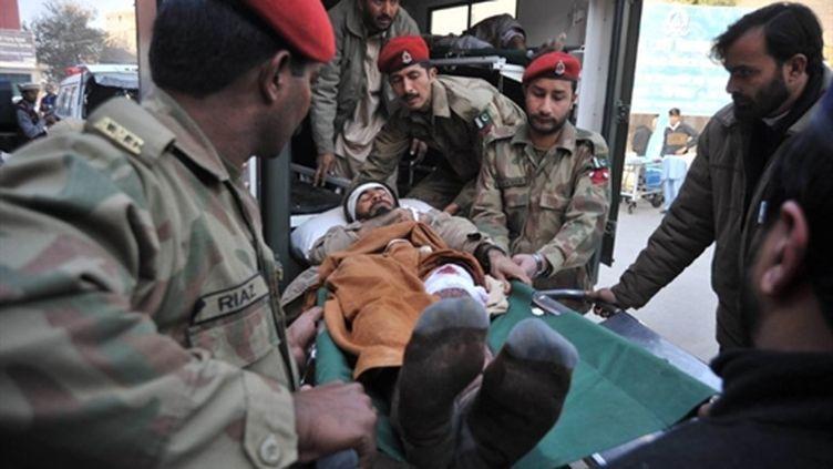 Un blessé évacué par l'armée vers l'hôpital de Peshawar, à la suite d'un l'attentat-suicide dans le nord-ouest (AFP / Hasham Ahmed)