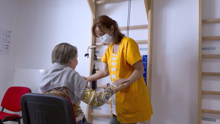 Une séance de kinésithérapie dans un Ehpad près de Montpellier (Hérault), en mai 2020. (GUILLAUME BONNEFONT / MAXPPP)
