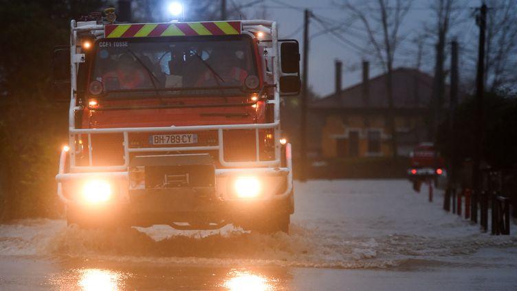 Des pompiers sur une route inondée de Peyrehorade (Landes), vendredi 13 décembre 2019. (GAIZKA IROZ / AFP)