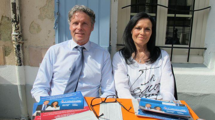 Jean-François Mattéi et Brigitte Vigne (FN) en campagne, le mardi 24 mars, à Caderousse (Vaucluse). (ILAN CARO / FRANCETV INFO)