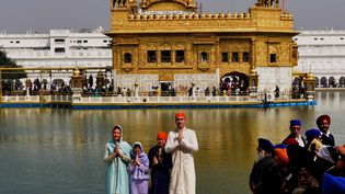 Le Premier ministre canadien Justin Trudeau et sa famille en habits traditionnels, devant le Temple d'or, à Amritsar, en Inde, le 21 février 2018. (PRITAM THAKUR / THE TIMES OF INDIA / AFP)