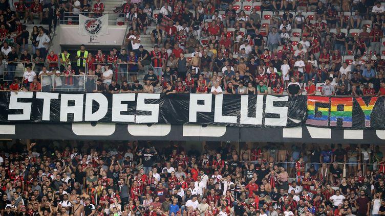 Une banderole brandie par des supporters de Nice (Alpes-Maritimes), pendant le match face à l'OM, le 28 août 2019 à l'Allianz Riviera. (VALERY HACHE / AFP)