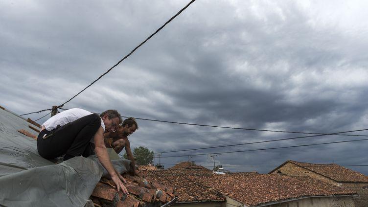 Des tuiles se sont envolées après le passage d'un orage à Saint-Sornin (Charente), le 4 juillet 2018. (MAXPPP)