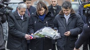 La maire de Paris, Anne Hidalgo, entouréedu rabbin MochéLewin (à gauche) et de l'urgentiste PatrickPelloux (à droite), dépose une gerbe de fleurs sur les lieux des attentats à Copenhague, le 16 février 2015 au Danemark. (HANNIBAL HANSCHKE / REUTERS)