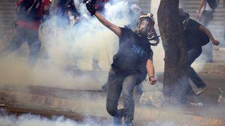 Des manifestants affrontent les forces de l'ordre, dimanche 2 mars à Caracas (Venezuela), en marge d'un rassemblement anti-gouvernemental. (JUAN BARRETO / AFP)