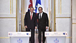 François Hollande et le président cubain Raul Castro entrent dans la salle-presse duau Palais de l'Elysée,le 1 Février 2016 (ALAIN JOCARD / AFP)