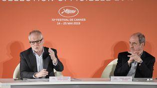 Thierry Frémeaux (à gauche), délégué général du Festival de Cannes, et Pierre Lescure, le président, dévoilent la sélection officielle, le 18 avril 2019 à Paris. (BERTRAND GUAY / AFP)