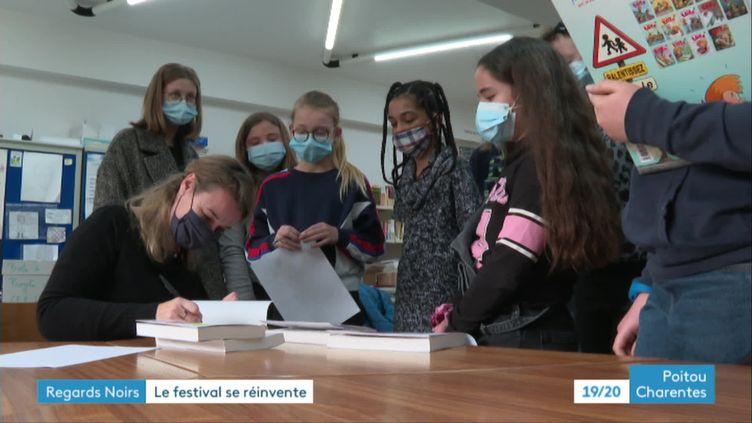 Claire Renaud en séance de dédicaces avec des collégiens dans le cadre du festival Regards Noirs de Niort (France 3 Poitou-Charentes)