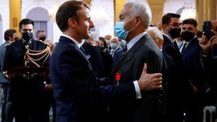 Emmanuel Macron a remis les insignes de Chevalier de la Légion d'honneur à SalahAbdelkrim,lors d'une cérémonie à la mémoire des Harkis,à l'Élysée, le 20 septembre 2021. (GONZALO FUENTES / POOL)