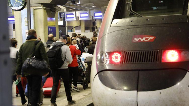 Des voyageurs à la gare Montparnasse, à Paris, le 28 octobre 2019. (MAXPPP)