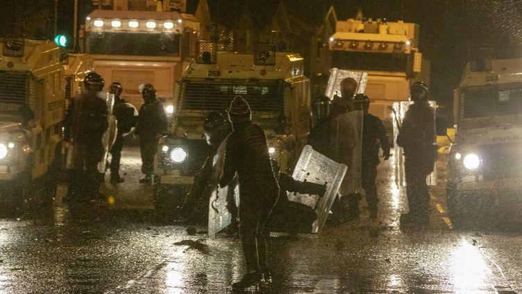 Des heurts entre forces de l'ordre et manifestants dans le quartierde Springfield Road à Belfast, en Irlande du Nord, le 8 avril 2021. (PAUL FAITH / AFP)