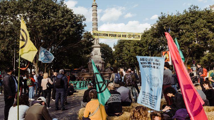 Des militants du mouvement Extinction Rebellion sont installés place du Châtelet à Paris, le 7 octobre 2019. (KARINE PIERRE / HANS LUCAS/AFP)