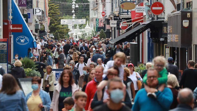 """Le Touquet, 5 000 habitants à l'année s'attend de passer à """"de 50 000 à 100 000"""" pendant les vacances. Photo du 27 juin 2020 dans la rue principale. Les masques sont rares. (LUDOVIC MARIN / AFP)"""