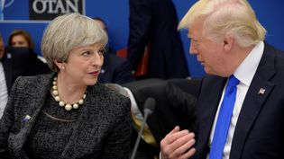 La Première ministre britannique Theresa May et le président américain Donald Trump lors d'un sommet de l'Otan à Bruxelles, le 25 mai 2017. (THIERRY CHARLIER / AFP)