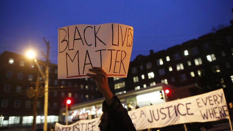 """Un manifestant porte une pancarte """"Black lives matter"""" lors d'une manifestation à Webster Grove dans le Missouri, le 3 décembre 2014. (JIM YOUNG / REUTERS)"""