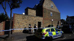 La police garde l'entrée de la propriété où le corps d'une jeune fille au pair a été retrouvé calciné, à Londres (Royaume-Uni), le 22 septembre 2017. (DANIEL LEAL-OLIVAS / AFP)