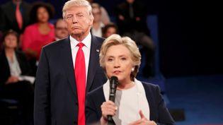 Une tension récurrente lors du deuxième débat entre la candidate démocrate, Hillary Clinton, et son rival républicain, Donald Trump,dimanche 9 octobre (RICK WILKING / REUTERS / X00301)