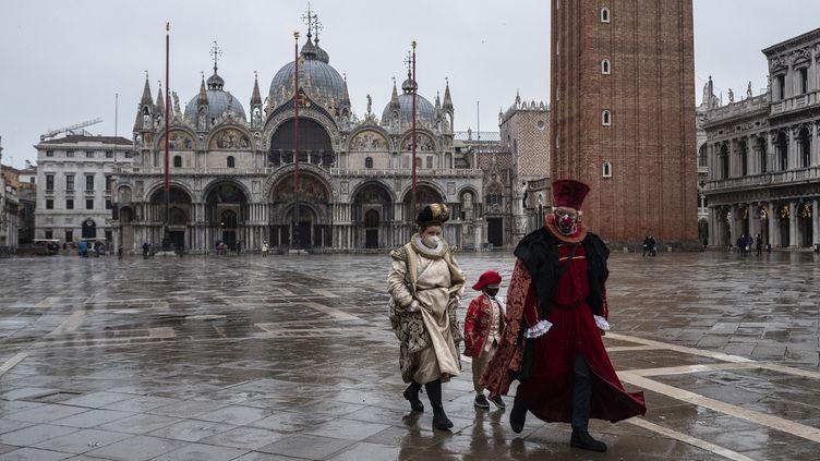 Des artisans vénitiens portant masques et costumes de carnaval, se rendent à la manifestation organisée par la Confédération des artisans de Venise(Confartigianato Venezia) sur la place Saint Marc le 7 février 2021. (MARCO BERTORELLO / AFP)