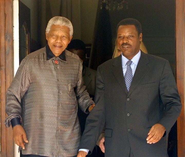 Pierre Buyoya (à droite), alors président du Burundi, et Nelson Mandela (à gauche), ancien président de l'Afrique du Sud, à Johannesburg le 5 mai 2001 (ALEXANDER JOE / AFP)