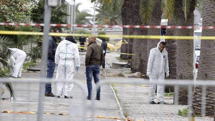 (La police scientifique tunisienne à la recherche d'indices sur les lieux de l'explosion d'un bus de la garde présidentielle, dans le centre de Tunis. © REUTERS/Zoubeir Souissi)