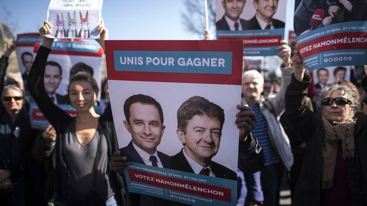 Manifestants en faveur d'une candidature commune entre Benoît Hamon et Jean-Luc Mélenchon, place de la République à Paris le 25 mars 2017. (LIONEL BONAVENTURE / AFP)