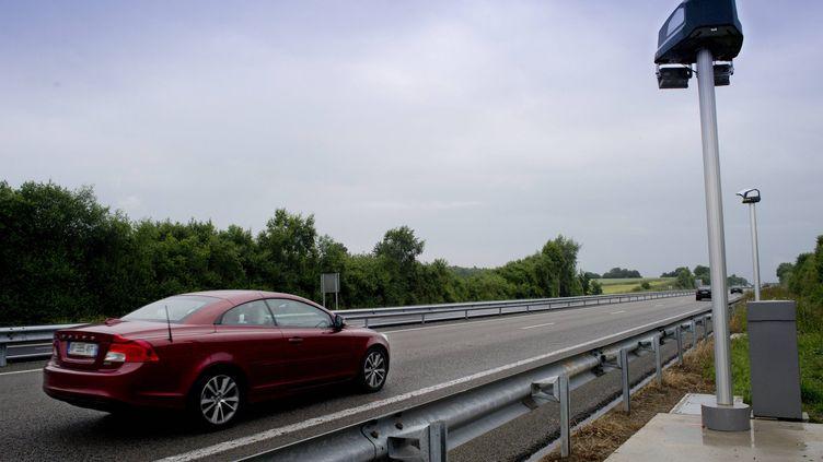 Un véhicule circule sur la RN24 à Ploërmel, entre Lorient et Rennes, en juin 2013. (  MAXPPP)