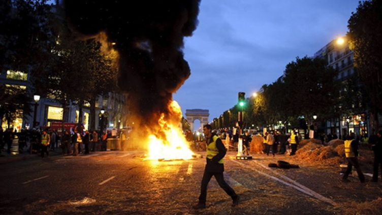 Des jeunes agriculteurs manifestent vendredi 16 octobre sur les Champs-Elysées (AFP / Fred Dufour)