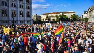 """Des participants prennent part à une manifestation contre un projet de loi interdisant la """"promotion"""" de l'homosexualité devant le Parlement hongrois à Budapest (Hongrie) le 14 juin 2021. (GERGELY BESENYEI / AFP)"""