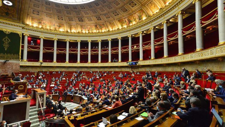 Les députés dans l'hémicyle de l'Assemblée nationale, à Paris, le 29 septembre 2020. (DANIEL PIER / NURPHOTO / AFP)