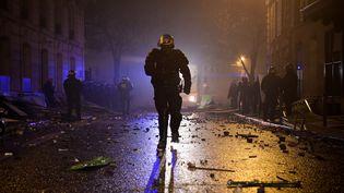 """Des policiers interviennent sur les lieux d'un rassemblement des """"gilets jaunes"""" à Paris, le 1er décembre 2018. (LUCAS BARIOULET / AFP)"""
