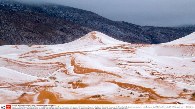 Photo amateur des dunes du Sahara enneigées le 19 décembre 2016 aux alentours de la ville d'Aïn Sefra en Algérie. (PHOTOGRAPHY / SHUTTERSTOC / SIPA)