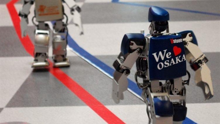 Des robots bipèdes en plein marathon, à Osaka, le 24 février 2011 (AFP PHOTO / Vstone / HO)