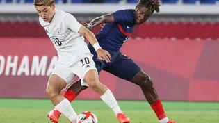 Timothée Pembélé à la lutte avec Ritsu Doan lors des Jeux olympiques de Tokyo. (MARIKO ISHIZUKA / AFP)
