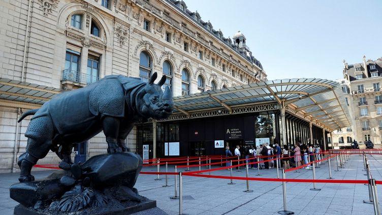 Des visiteurs font la queue à l'entrée du Musée d'Orsay, à Paris, le 23 juin 2020. (THOMAS COEX / AFP)