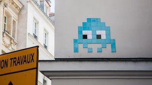 """Une dizaine de mosaïques du street artiste Invader ont été volées par des personnes """"déguisés en agents de la Ville de Paris"""".  (Pierre Gautheron / Hans Lucas)"""