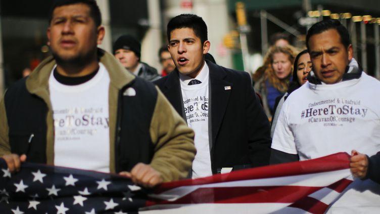 """Des """"Dreamers"""", bénéficiaires du programme """"Daca"""", manifestent à New York, le 22 novembre 2016. (EDUARDO MUNOZ ALVAREZ / AFP)"""