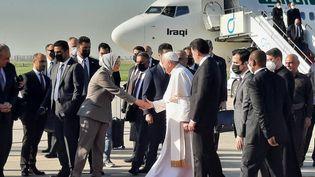 Le pape accueilli à sa sortie d'avion à Erbil, en Irak. (BRUCE DE GALZAIN / RADIO FRANCE)