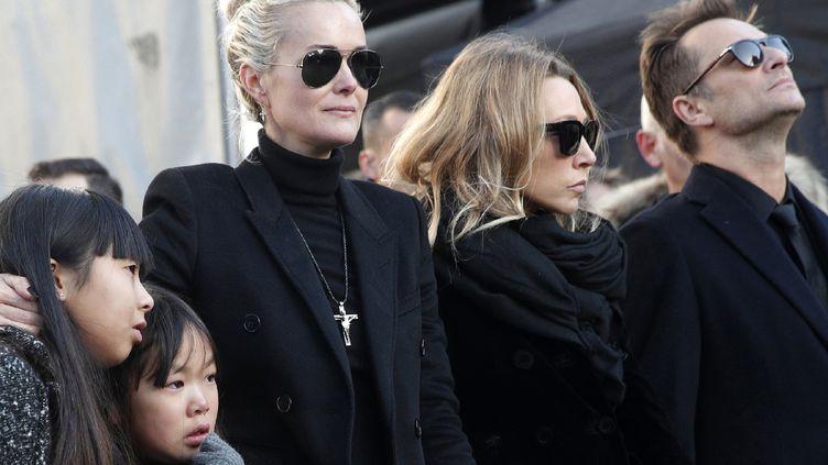 Jade et Joy, les deux dernières filles de Johnny Hallyday, son épouse Laeticia, Laura Smet et David Hallyday, sa fille et son fils aîné, aux obsèques du chanteur le 9 décembre 2017  (Yoan Valat / AFP)