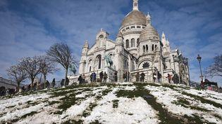 La basilique du Sacré-Cœur, à Paris, sous la neige, le 8 février 2018. (JOEL SAGET / AFP)