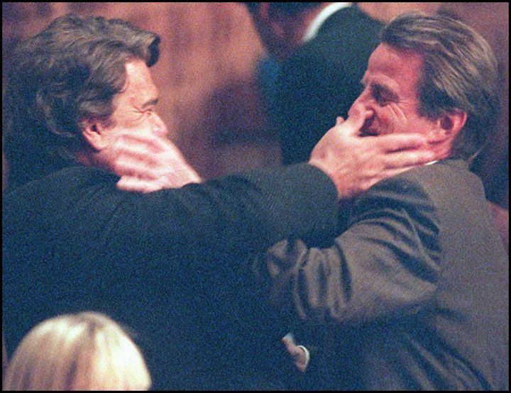 L'eurodéputé Bernard Tapieet son collègue Bernard Kouchner, le 14 janvier 1997 dans l'hémicycle du parlement européen, à Strasbourg (Haut-Rhin). (DAMIEN MEYER / AFP)