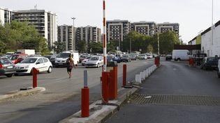 L'entrée d'un parking dans le quartier de Grigny 2, à Grigny (Essonne). (PATRICK KOVARIK / AFP)